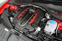 最高出力560psを発生する4リッターV8ツインターボエンジン。560ps/5700-6700rpmの最高出力と、71.4kgm/1750-5500rpmの最大トルクを発生する。