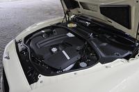 アウディと共同開発された4リッターV8ツインターボユニットは528psを発生。可変シリンダーシステムを採用し、巡航時に4気筒を休止させることで燃費向上が図られている。