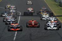 スタートシーン。ポールシッターのハミルトン(左手前)を先頭に1コーナーへ。(写真=Ferrari)