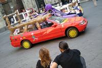 シエナのトロメイ広場に結集した「お祭りグルマ」たち。