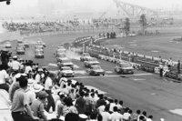 1965年7月18日に開催された、第1回全日本自動車クラブ選手権の様子。完成したばかりの船橋サーキットで行われた。