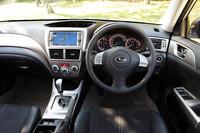 アネシスは、全車に本革巻ステアリングホイールが標準装備される。ホワイトルミネセントメーターは、2.0i-Sにのみ採用される。その他のモデルは、ブルーグラデーションの発光式メーターとなる。