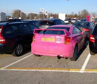 【写真2】ボクと前後して会場駐車場にやってきたピンクの7代目「トヨタ・セリカ」。
