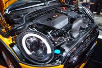 「MINIクーパーS」の2リッター直4ターボエンジン。ボンネットはこれまでのモデルと同様、ヘッドランプを残して開く。