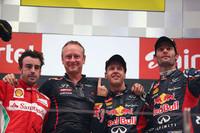 2年連続でインドGPを制したレッドブルのセバスチャン・ベッテル(左から3番目)、2位でゴールしたフェラーリのフェルナンド・アロンソ(一番左)、3位に終わったレッドブルのマーク・ウェバー(一番右)。(Photo=Red Bull Racing)