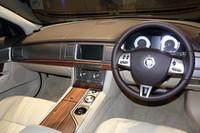 シートは全グレードレザーシートが奢られ、前席はパワーシート。さらに左右独立の、シートヒーター/クーラーのオプションも用意される。