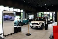 MINIのショールームは、正面エントランスの位置するセンター棟をはさみ、BMWショールームの向かい側に位置している。