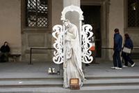 ウフツィ広場にて。石像かと思ったら人間でした。下の箱にお金を入れると動き出します。