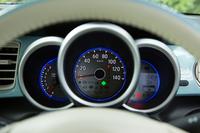 メーターは「N-BOX」と同じく速度計、エンジン回転計、マルチインフォメーションディスプレイが独立した3眼式。シルバー塗装のメーターリングが標準装備となる。