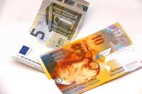 スイスフラン(CHF)がユーロに対して急騰。円に対しても2014年末には1CHF=119円前後だったものが、いきなり135円近くになってしまった。