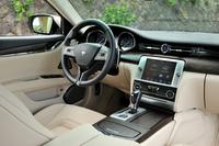 ウッドとレザーがふんだんに用いられたインテリア。インパネの中央にはアナログ時計、そして車載装備の多くを操作できる「マセラティ タッチ コントロール スクリーン」(ナビ兼用)が備わる。