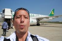 春秋航空のエアバスに乗り、まさに日本を飛び立たんとする不肖小沢。飛行機って、何度乗ってもテンション上がりません?