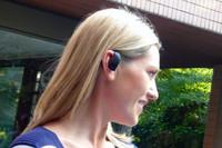 デザイナーは、「スリムで目立たない、耳にフィットする丸いもの」を念頭に開発したという。実際に装着した様子は、ごらんのとおり。