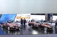 「メルセデス・ベンツE400ハイブリッド」(左)と「E300ブルーテック ハイブリッド」