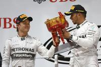 10周年目の中国GPをポールポジションから制したルイス・ハミルトン(右)は、第2戦マレーシアGPから3連勝。ニコ・ロズベルグ(左)が2位に入り、メルセデスは3戦連続の1-2フィニッシュを達成した。(Photo=Mercedes)