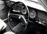 66年11月にデビューした初代カローラの、初期型のインパネ。当時の国産小型車では珍しかった4段フロアシフトとともに、円形メーターがスポーティな印象を演出していた。
