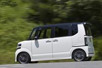 山坂道を行く「N-BOXモデューロX G・ターボパッケージ」。コンプリートカーの「N-BOXモデューロX」には、このほかに、自然吸気エンジンを搭載するモデルもラインナップされている。