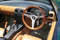 テスト車はタンカラーの内装色やナルディのウッドステアリングなどが特徴の「Vスペシャル」。デビュー翌年に登場した上級グレードである。