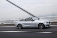 「1シリーズ カブリオレ」の後継モデルとして、日本では2015年4月に発売された「2シリーズ カブリオレ」。「2シリーズ」としては「クーペ」「アクティブツアラー」に続く3番目のモデルとなる。