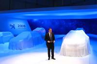 ベールに包まれている「プジョー2008」の前で、スピーチに立つマキシム・ピカット社長。