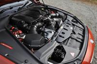 バルクヘッドに寄せて搭載された4.4リッターV8ツインターボエンジンがこの車のただならぬ素性を物語る。
