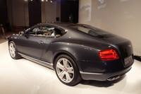 車体やホイールに配されるベントレーの「B」をかたどったバッジが赤くなるのもV8仕様の特徴。さらにテールパイプも数字の「8」をかたどったデザインになる。