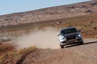 砂塵を上げて進む、現代の幌馬車(?)Q5。A4ともども、4WDシステム「クワトロ」が悪路での走りを支える。