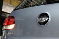 HDDナビとセットオプションになるリアビューカメラ。リバース時にリアエンブレムの裏から現れ、駐車をサポートする。