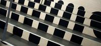 ポルト・ド・ベルサイユ駅にて。階段の模様は?