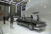 当時の「セビル」のほかに、最新の「キャデラックXTS」(写真奥)も展示された。
