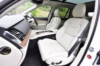 「T8 TWIN ENGINE AWD インスクリプション」のフロントシート。ベンチレーション機能やマッサージ機能が備わる。