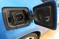 車体後部に備えられた「CHAdeMO」規格の充電ソケット。「チャージナウ」とはBMWが2016年10月1日にスタートする公共充電サービスで、利用者は専用のカードにより、日本充電サービス(NCS)が展開する全国約1万4000基の充電器を使えるようになる。
