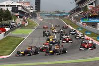 第3戦マレーシアGPのようなスタートミスなく、ウェバー(写真先頭)がポールポジションからトップを守った。優勝争いはこの時点で決したといっていい。(写真=Red Bull Racing)