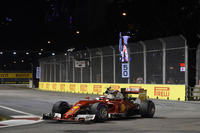 昨年シンガポールでメルセデスを打ち負かし勝利したフェラーリは、予選でセバスチャン・ベッテルのマシンのサスペンションが壊れるという不運に見舞われた。ベッテルは最後尾スタートから見事5位入賞を果たすも、予選5番手から3位まで上昇したキミ・ライコネン(写真)は、メルセデスの術中に陥りハミルトンに抜かれ4位に終わった。今季まったくいいところがないフェラーリは、コンストラクターズランキングで2位レッドブルに15点差をつけられ3位に甘んじている。(Photo=Ferrari)