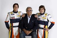 2008年のルノーF1パイロット、ネルソン・ピケJr.(左)と、マクラーレンチームから復帰したフェルナンド・アロンソ(右)。中央はチーム監督のフラビオ・ブリアトーレ。