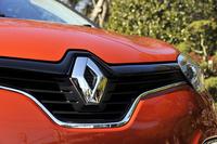 新型「ルーテシア」と同様に、フロントグリルに大きく立てて取り付けられたブランドロゴが目を引く。