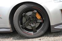 タイヤは、ブリヂストン「ポテンザ S-03 PolePosition」。275/40ZR18サイズのヘビー級シューズを履く。ちなみに、19インチホイールを現在開発中だという。