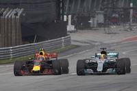 2本の長いストレートに中高速コーナーを組み合わせたセパンではメルセデス優位と思われていたが、ふたを開けてみればシルバーアロー絶不調。チームいわく「マシンの根本的な問題」でセッティングに苦しみ、タイヤをスライドさせオーバーヒートさせてしまうという症状に見舞われた。それでも予選ではハミルトン(写真右)が底力を見せ通算70回目のポールポジションを獲得。レースではフェルスタッペン(同左)にオーバーテイクされるも2位を守り切った。これでポイントリーダーのハミルトンとランキング2位ベッテルとの差は34点に広がったが、コースによって安定しないメルセデスの悪癖への対処という宿題は残る。(Photo=Mercedes)