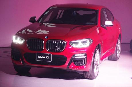 フルモデルチェンジで2代目となった新型「BMW X4」が日本上陸。東京都内で発表会が開催された。会場に展示...