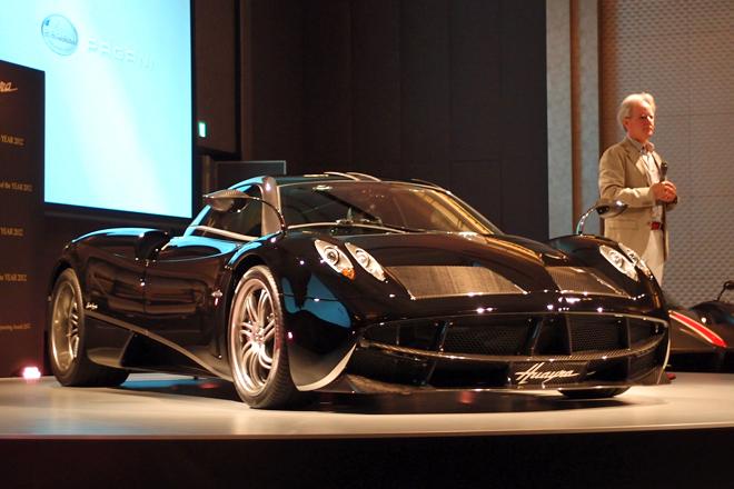 日本で初めて披露された、パガーニの最新モデル「ウアイラ」。傍らに立つのは、同社社長のオラチオ・パガーニ氏。