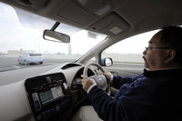 「プリウスPHV」(写真奥)と「日産リーフ」で高速道路を行く。両車とも、モーターのみによる100km/h巡航が可能。