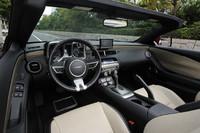 運転席まわりの様子。ステアリングホイールとシフトノブは、標準で本革巻きとなる。