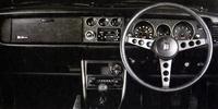 黒一色のスパルタンな「トレノ」の内装。「1400SR」をベースに、インパネ中央の電流/油温/油圧計、運転席フットレストなどを追加している。ラジオや助手席のフットレストはオプション。「レビン」もステアリングホイール中央とグローブボックスのフタにあるエンブレムが違うだけである。