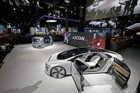 VWグループの2台のコンセプトカー、「セドリック」(奥)と「アウディ・アイコン」(手前)。