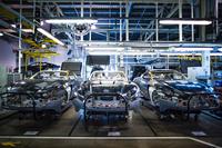 「DB9」のフルモデルチェンジ版ともいえる「DB11」のアルミボディーが並ぶアストンマーティンのゲイドン工場。アンディ・パーマーCEOにも話を伺った。(photo:Aston Martin)
