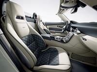 こちらは専用オプション「designoエクスクルーシブスタイル レザー」を選択した「SLS AMG GTロードスター」のインテリア。オプション価格は60万円となっている。