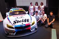 発表会のフォトセッションから。2015年シーズンの参戦マシン「BMW Z4 GT3」および関係者。