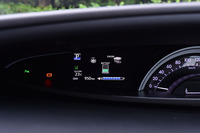 半円形のオプティトロンメーター内には、4.2インチ(TFTカラー)のマルチインフォメーションディスプレイを装備する。