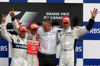 フレッシュな顔ぶれのポディウム。GP6戦目に見事初優勝を飾ったルイス・ハミルトン(左から2番目)、2位ニック・ハイドフェルド(一番左)、そしてGP歴10年目のアレキサンダー・ブルツ(一番右)が予選20位から3位に入った。(写真=BMW)