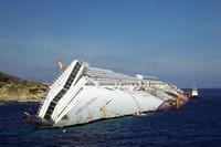 座礁したコスタ・コンコルディア号。あらわになった船の側面には作業用の階段が設置されていて、その日も作業員が頻繁に行き来していた。